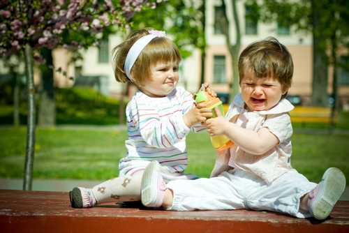 khi trẻ thích đánh người khác, chăm con đúng cách, lưu ý khi chăm sóc trẻ nhỏ