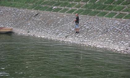 sông tô lịch, bơi sông tô lịch, thanh niên bơi sông tô lịch