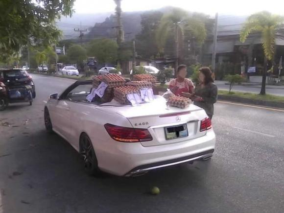 Mang xe Mercedes đi bán trứng dạo, mạng xã hội