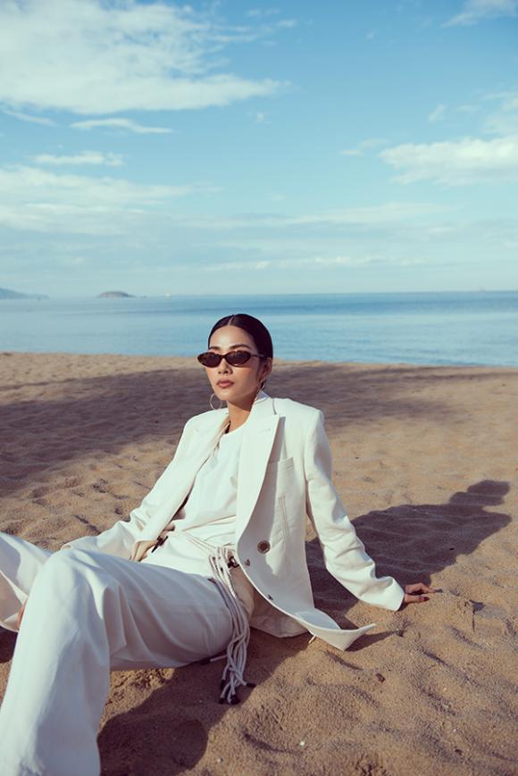 á hậu Hoàng Thuỳ, sao Việt