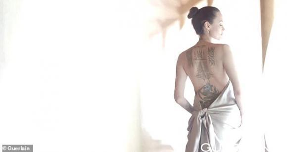 angelina jolie, hình xăm, lưng trần, sao hollywood
