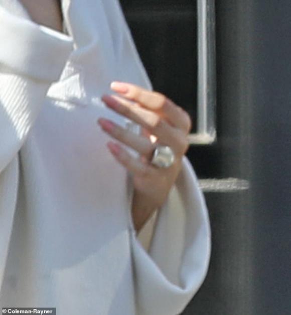 selena gomez, mặc áo trái, sao hollywood