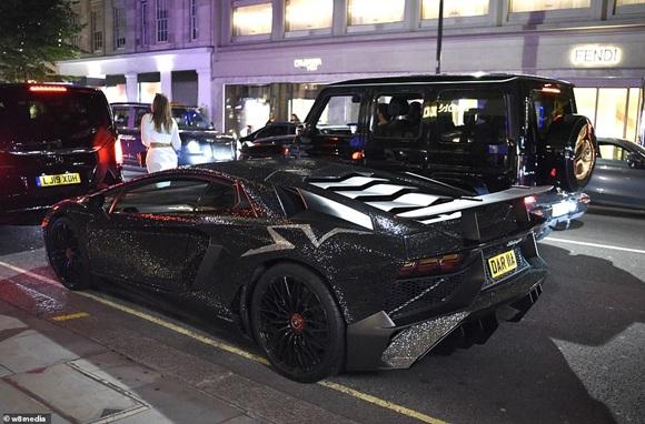 Người mẫu Nga với siêu xe Lamborghini phủ 2 triệu viên pha lê