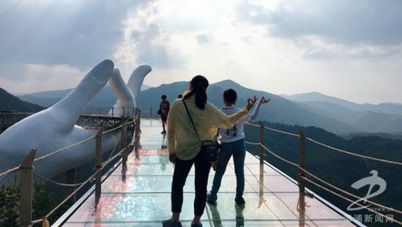 Xuất hiện 'chị em song sinh' Cầu Vàng Đà Nẵng ở Trung Quốc nhưng bị chê quá 'ẻo lả'