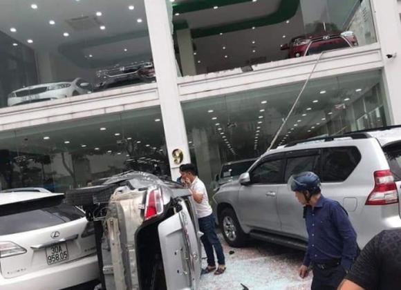 tai nạn hy hữu, showroom ô tô, lái xe, Long Biên, Hà Nội