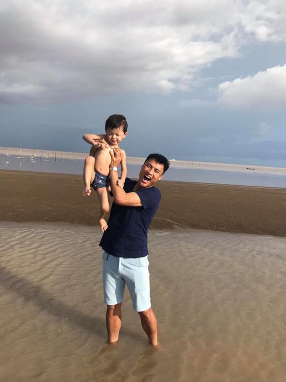 Vợ chồng Kỳ Hân đưa con trai về vùng biển hoang sơ để tận hưởng sự bình yên