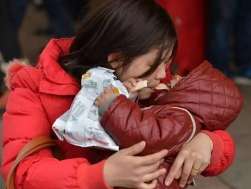 Chỉ một hành động mớm, thổi thức ăn của người lớn cũng mang theo hàng triệu vi khuẩn cho trẻ
