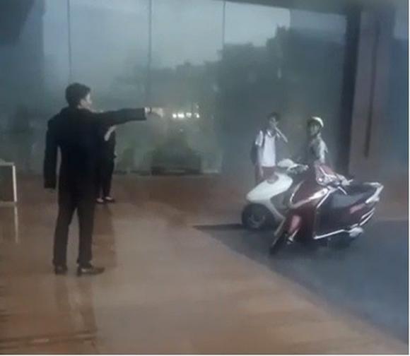 bão số 4, mưa giông, Hà Nội, bảo vệ đuổi người trú mưa, khách sạn Grand Plaza, Trần Duy Hưng