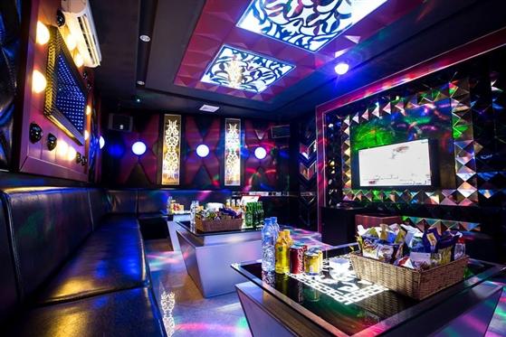 Chính sách có hiệu lực từ tháng 9: Nhân viên karaoke phải đeo biển tên