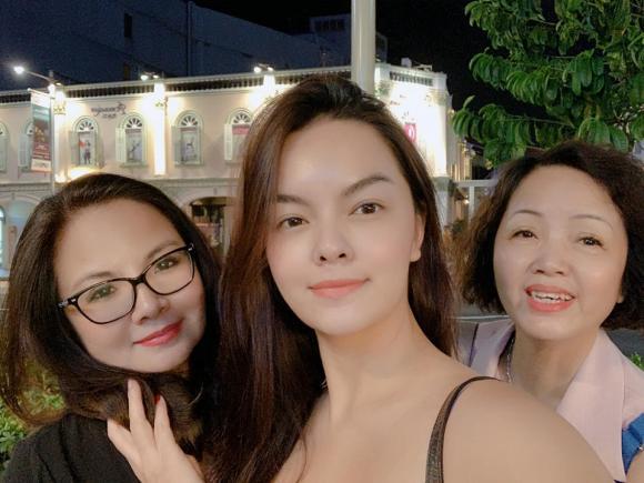 Phạm Quỳnh Anh đưa hai con cùng người thân đi du lịch Singapore