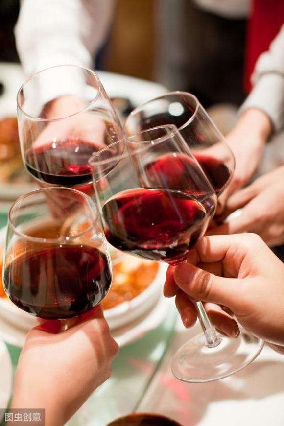 Một ly rượu vang đỏ là thần dược cho sức khỏe sau một ngày làm việc mệt nhoài