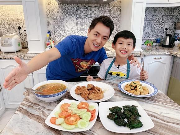 Chỉ với 85 nghìn đồng, Đăng Khôi vào bếp làm một bữa ăn thịnh soạn cho vợ con