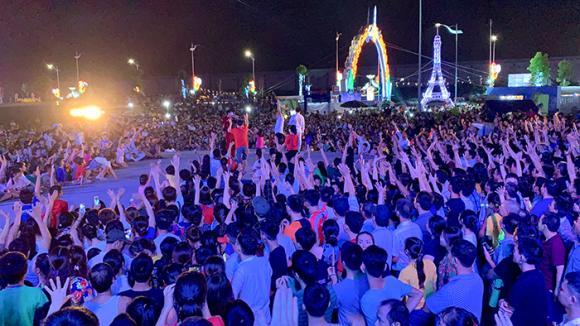 'Ông hoàng nhạc sến' Ngọc Sơn được hơn 5 vạn khán giả Bắc Ninh quây kín