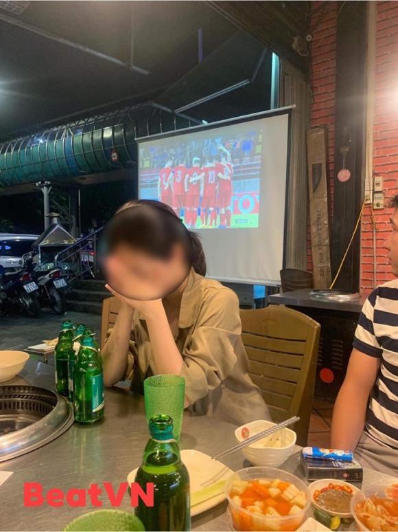 Xem đội tuyển Việt Nam đấu với Thái Lan, cô gái gục đầu khóc rưng rức vì lý do không ngờ tới