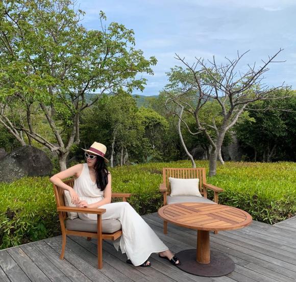 Siêu mẫu Phạm Ngọc Thạch diện bikini gợi cảm sau hơn 5 tháng sinh con thứ hai