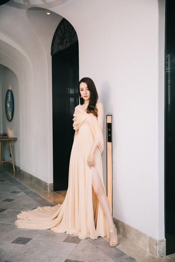 'Mỹ nhân Tân Cương' Địch Lệ Nhiệt Ba như tiên giáng trần; 'Hạ Tử Vy' Mã Y Lợi tái xuất hậu ly hôn