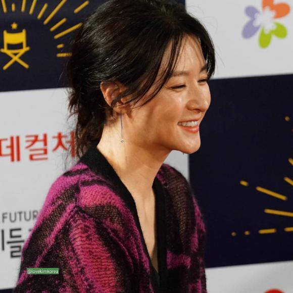Lee Young Ae bất ngờ già nua vì kiểu tóc 'bà thím' và trang phục sến súa