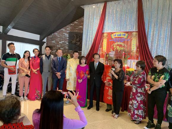 Minh Luân mang di ảnh cố nghệ sĩ Anh Vũ dự lễ giỗ tổ sân khấu ở Mỹ