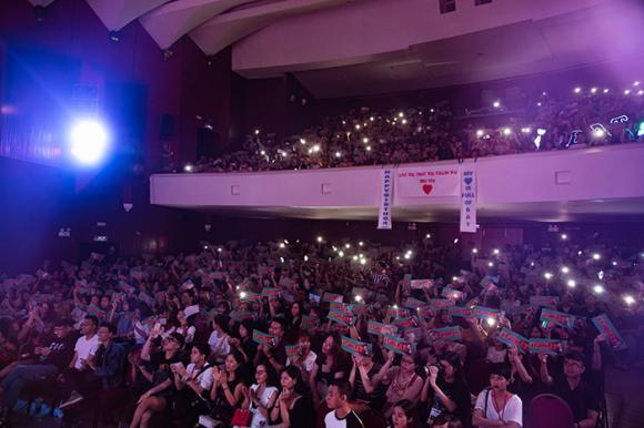 Bùi Anh Tuấn được Hiền Hồ mang bánh sinh nhật lên tận sân khấu mừng tuổi mới