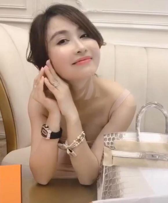 Vắng mặt trong đám cưới con gái riêng, vợ 2 đại gia Minh Nhựa còn khoe đập hộp túi 10 tỷ