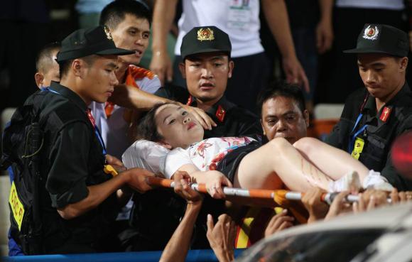 pháo sáng, Nam Định, sân Hàng Đẫy, nữ phóng viên
