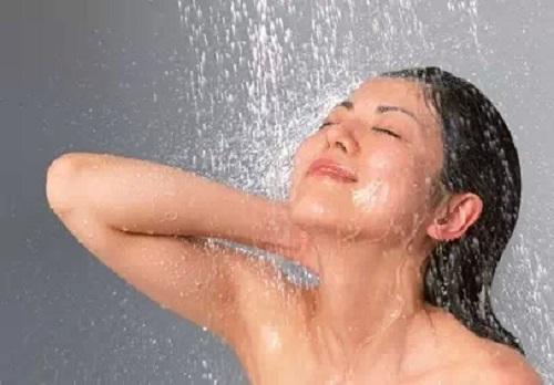 những điều không nên làm trước khi tắm, chăm sóc sức khỏe đúng cách, lưu ý khi tắm