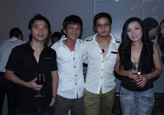 Phan Đinh Tùng quấn quýt bên vợ sắp cưới