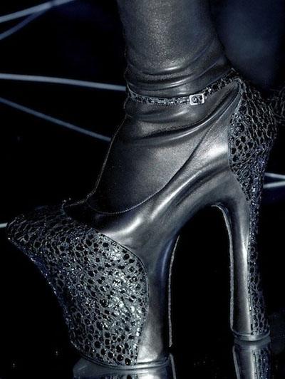 """Giày cao gót """"quái chiêu"""" của Alexander McQueen"""