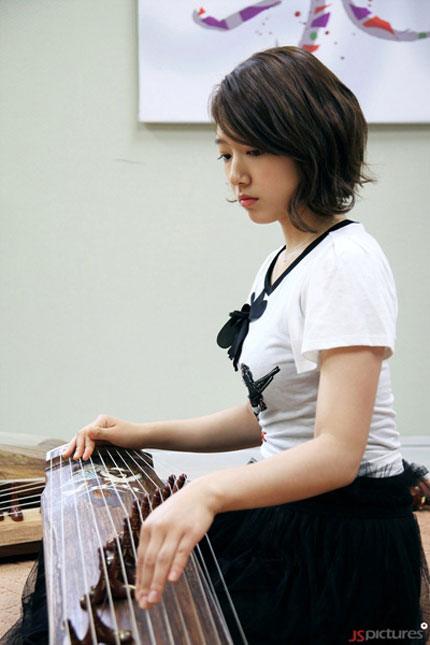 Park Shin Hye học chơi đàn cổ gayageum để đóng phim