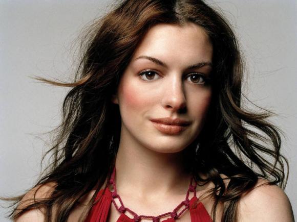 Vẻ đẹp ma mị, bí ẩn của 'góa phụ đen' Anne Hathaway