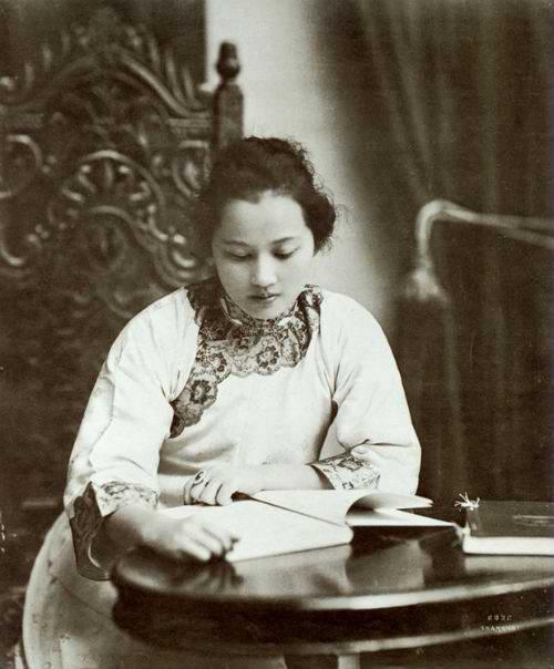 Một trong những bức ảnh đẹp nhất của Tống Khánh Linh. Đây cũng là bức ảnh mà Tôn Trung Sơn thường treo trong phòng của ông ở Thượng Hải