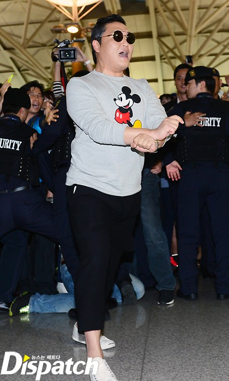 'Cha đẻ Gangnam Style' toát mồ hôi 'vùng cánh' ở sân bay