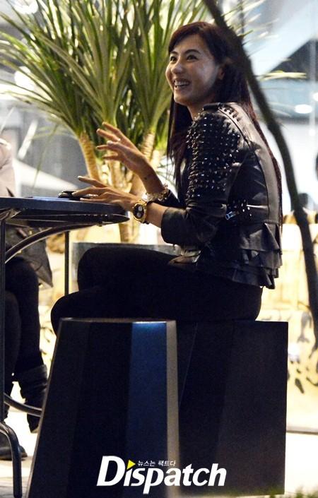 Trương Bá Chi mặt mộc 'tung tăng' mua sắm