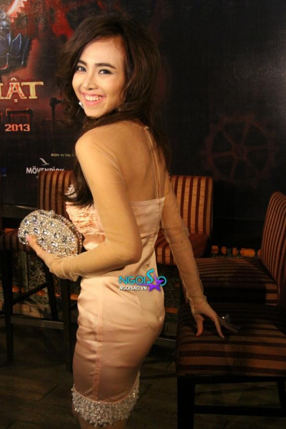 Đinh Ngọc Diệp 'loay hoay' vì diện váy ngắn