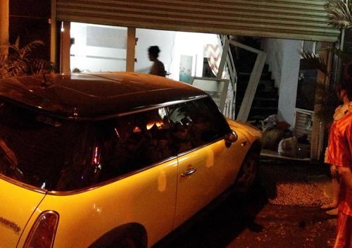 Ca sĩ Nguyên Vũ lái xe tông vào nhà dân