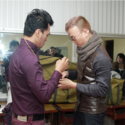 Mr. Đàm tự tay cắt tóc cho học trò