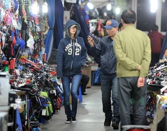 Yoona (SNSD) hẹn hò với Psy tại chợ?