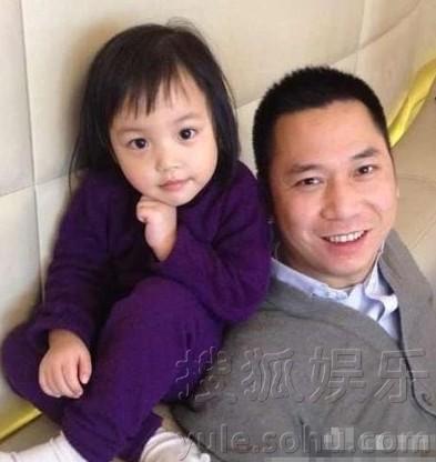 Cuộc sống hạnh phúc của gia đình Triệu Vy ở nước ngoài