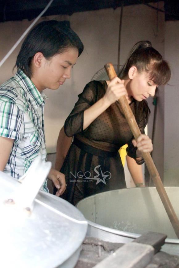 Phi Nhung trổ tài bếp núc cùng con trai Hoài Linh