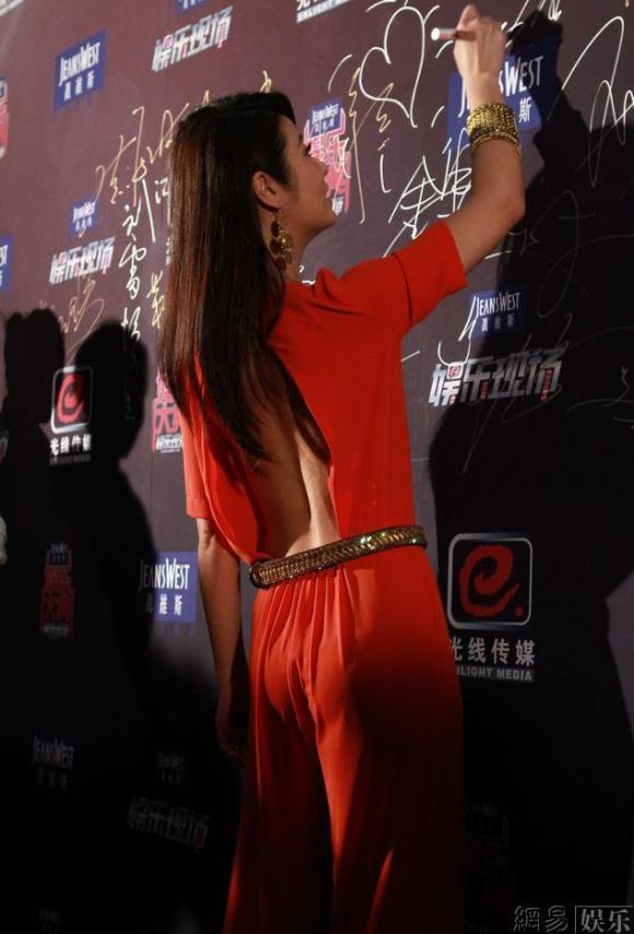 Lâm Tâm Như khoe lưng trần gợi cảm tại sự kiện JEANSWEST