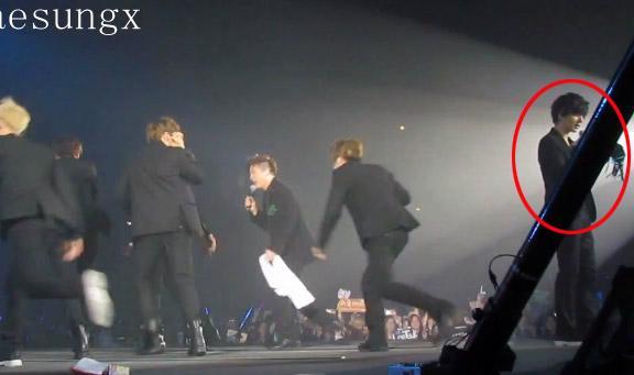 Suju bị fan ném 'áo lót' khi đang biểu diễn trên sân khấu