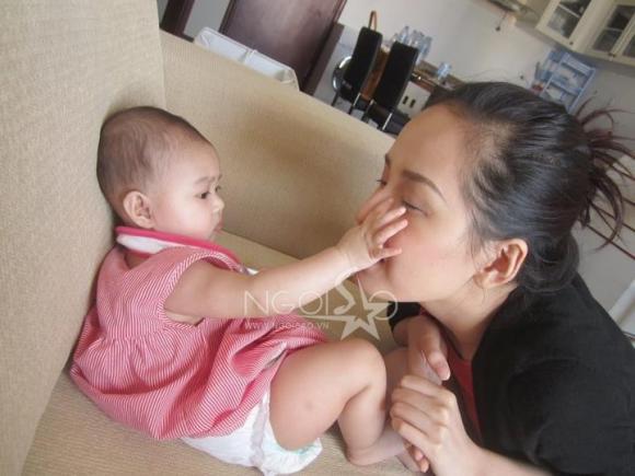 Ảnh độc: 'Đột nhập' nhà riêng xem Mai Phương Thuý đùa ngộ nghĩnh cùng bé
