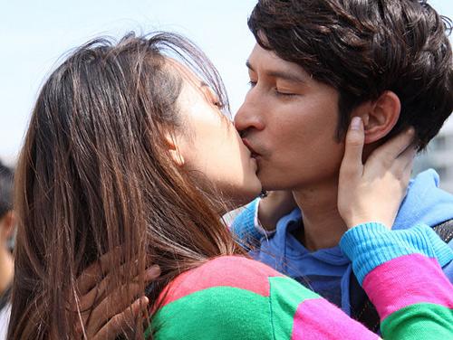 Những nụ hôn 'rực lửa' trên màn ảnh Việt