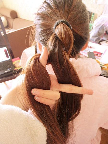 Kết hợp tết và búi để có mái tóc mát mẻ ngày hè