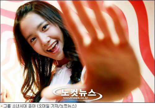 Yoona bất ngờ ngượng nghịu lên hát cùng nhóm nhỏ của SNSD