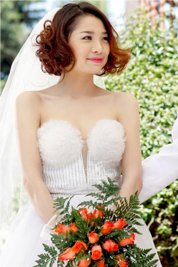 Minh Khuê xinh như gái Hàn trong ngày cưới