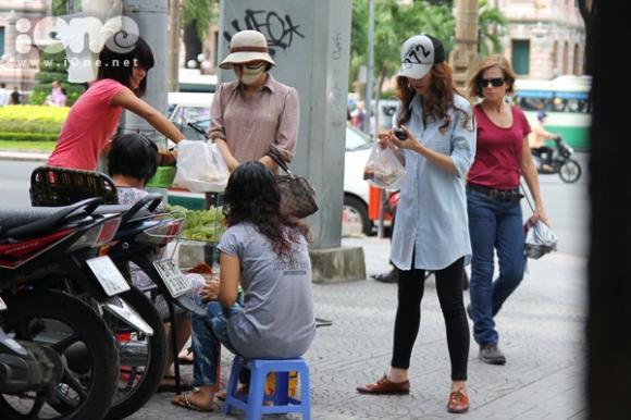 Ngân Khánh lang thang ăn vặt lề đường