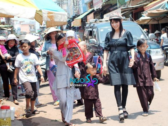 Nghẹn ngào trước hình ảnh Phi Nhung dẫn đàn con đi mua sắm