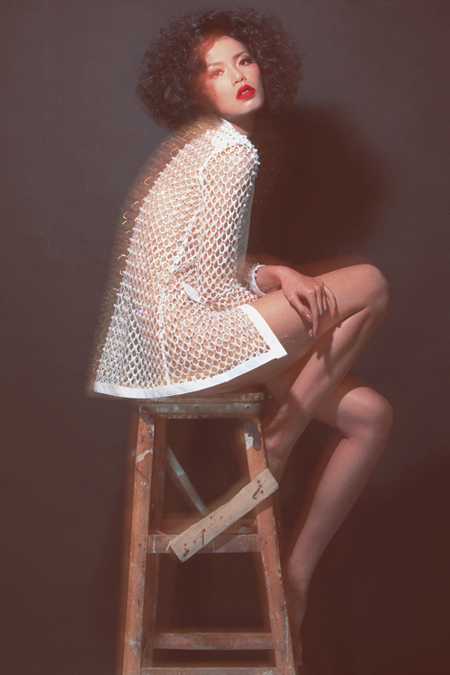 Siêu mẫu Minh Tú cởi phăng áo khoe vòng 1