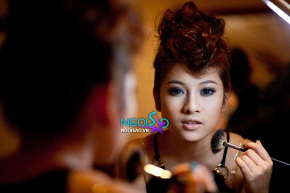 Clip: Hoàng Hải 'khoá môi' hotgirl Duyên Zudj trong MV mới